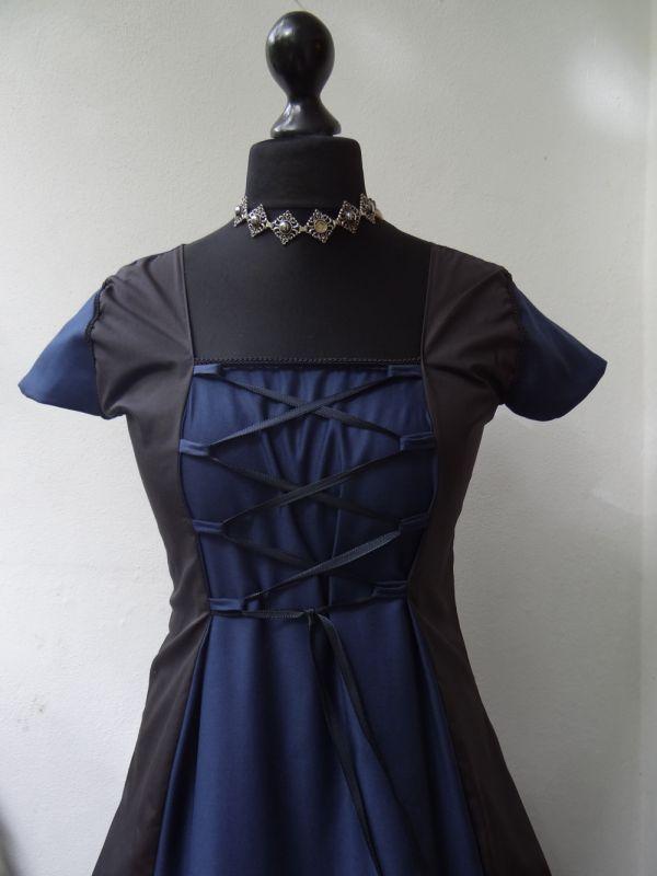 Blau schwarzes kleid getragen