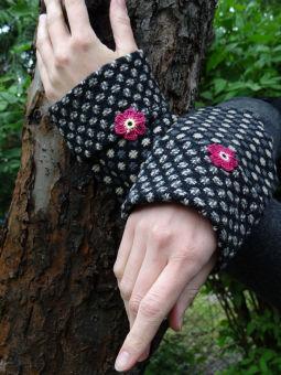 Romantische Armstulpen mit Häkelblume