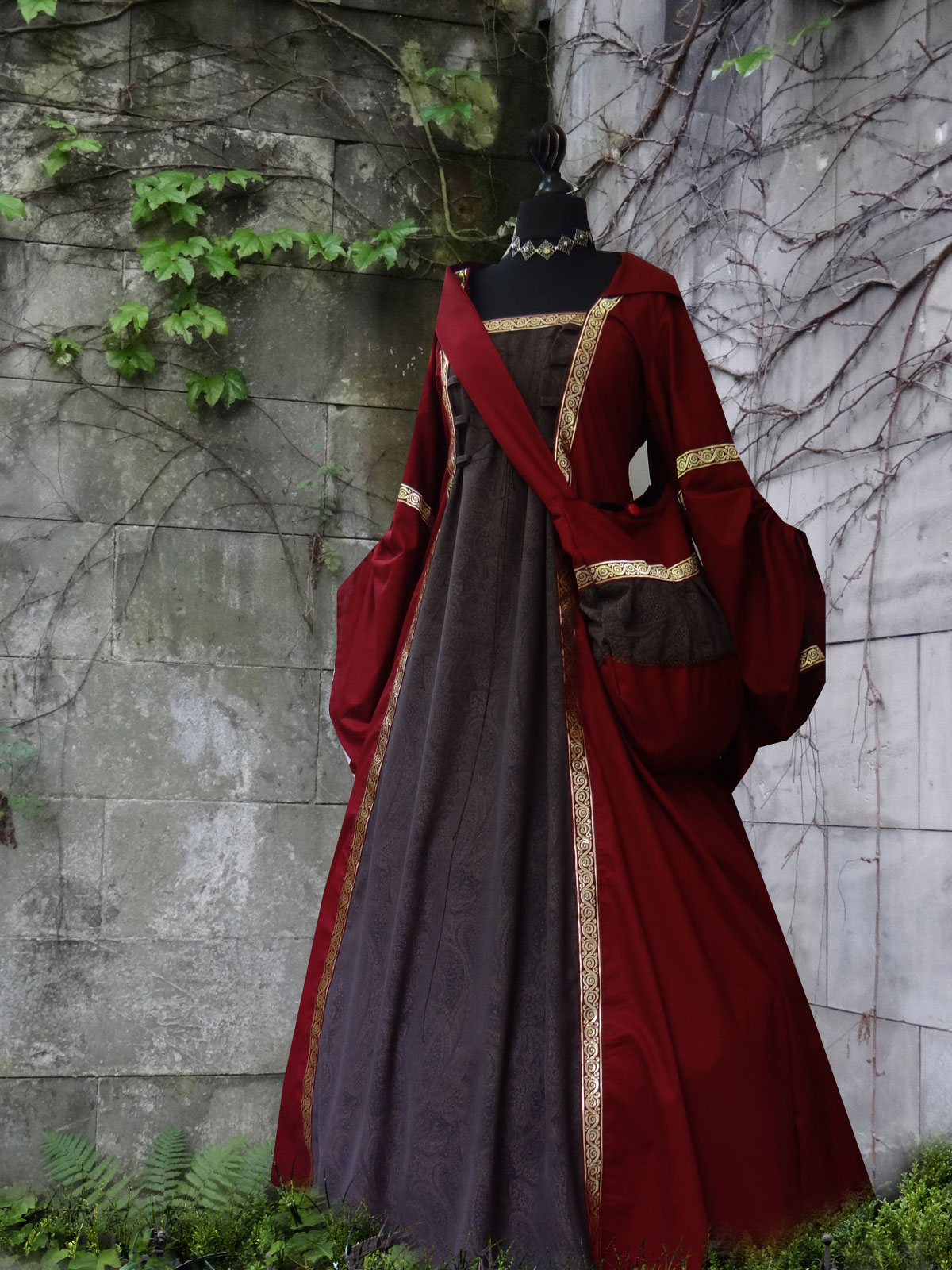 Mittelalterkleid dunkelrot braun Ornamentstoff Bortentasche Medieval Dress